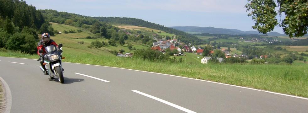 Motorradfahrer auf der Ederberglandroute bei Rengershausen